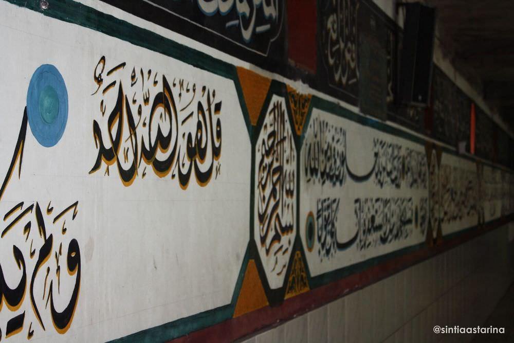 tulisan kaligrafi pada dinding masjid.