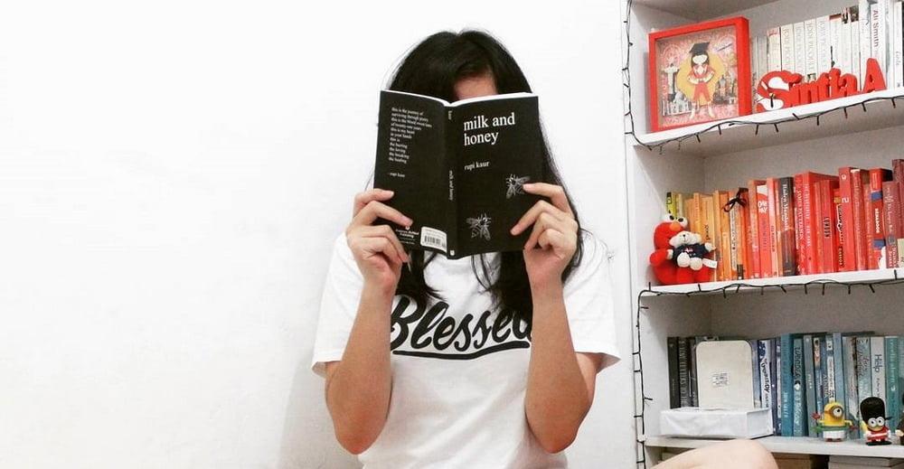 Rainbow Bookshelf: Menata Buku-buku pada Rak Seperti Warna Pelangi
