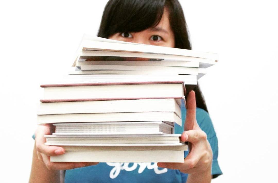 15 Akun Bookstagram Indonesia Terfavorit, Sudah Follow Belum - Pengorbanan Bookstagrammer Demi Dapat Foto Bagus, Pernah Ngerasain?