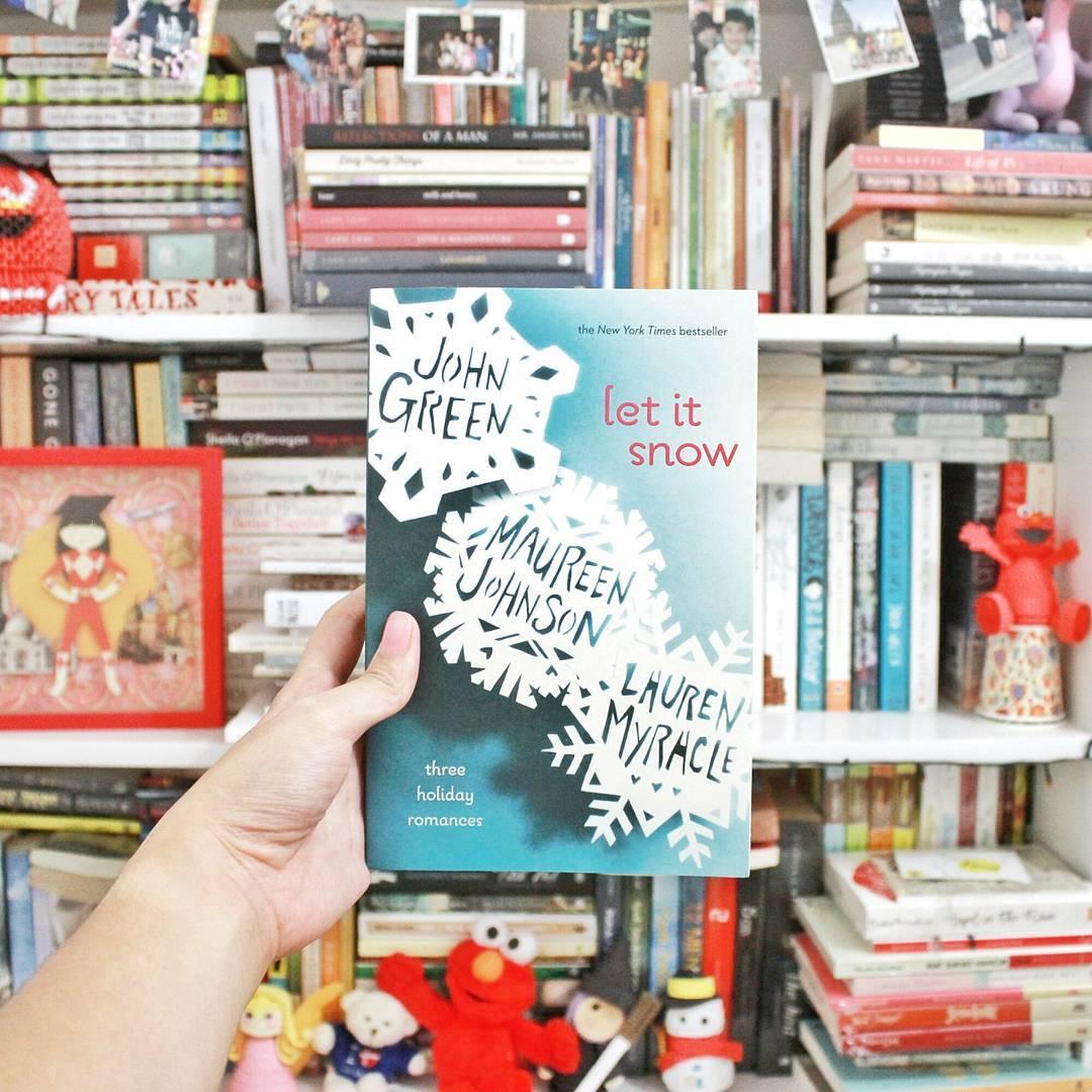 17 Ide Foto Bookstagram Bertema Natal yang Bisa Kamu Tiru