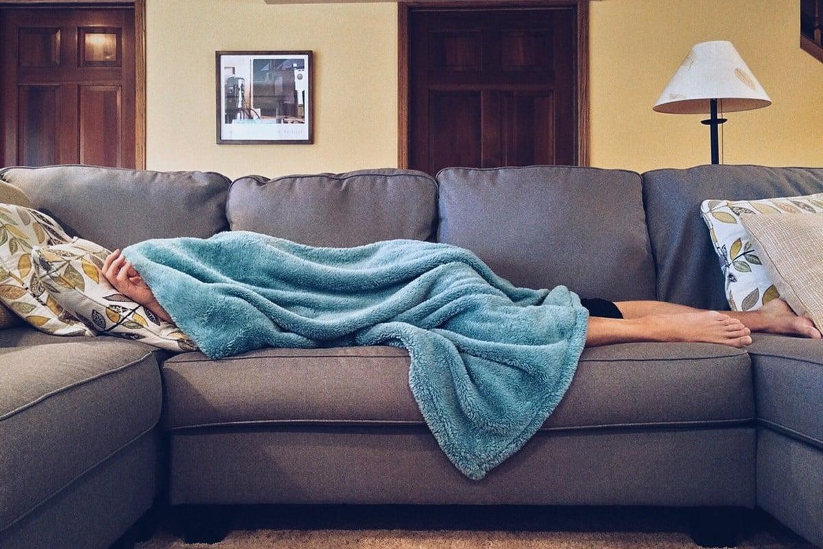Traveling Lebih Aman dengan 9 Cara Mencegah Virus Corona - istirahat di rumah bila sakit